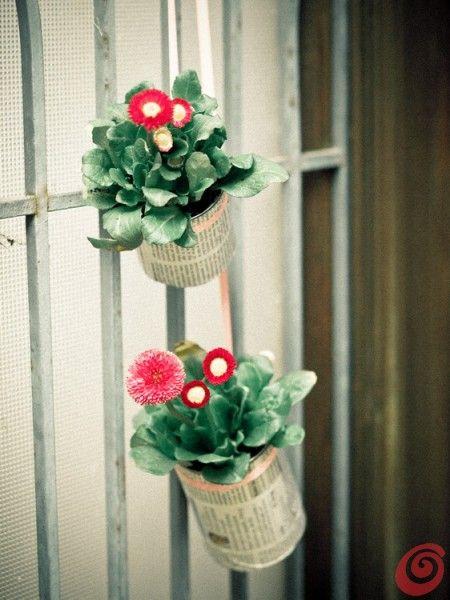 Riciclare e decorare: dei barattoli da conserva e delle margherite per abbellire l'ingresso. Decorazioni primaverili per la porta o la fines...