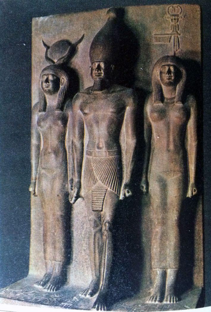 IL RE MICERINO TRA DEA HATHOR E UN'ALTRA DIVINITà FEMMINILE (MUSEO DEL CAIRO)  La realizzazione di una statua egizia era opera di altissimo artigianato. La convenzionalità della rappresentazione permetteva di utilizzare modelli, su base dei quali gli artigiani scultori modellavano nella pietra la scultura. I modelli erano tracciati su uno schema quadrettato, in pianta e alzato, come un progetto architettonico... #art #egizia #Micerino #history #scultura #storia