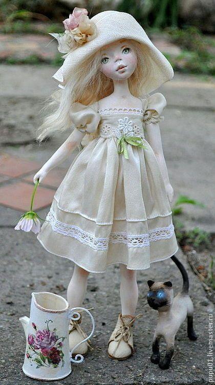 Купить или заказать Лето в интернет-магазине на Ярмарке Мастеров. Очень летняя маленькая девочка, румяная от солнца, с любимым котиком . Вылеплена из полимерной глины, закреплена на подставке. Ручки на петельчатом креплении. Платьице из натурального шелка. Панама снимается Леечка прилагается, надо же цветочки поливать.. .