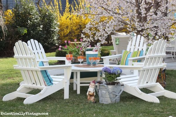 Gorgeous spring garden - so many fun accessories! eclecticallyvintage.com
