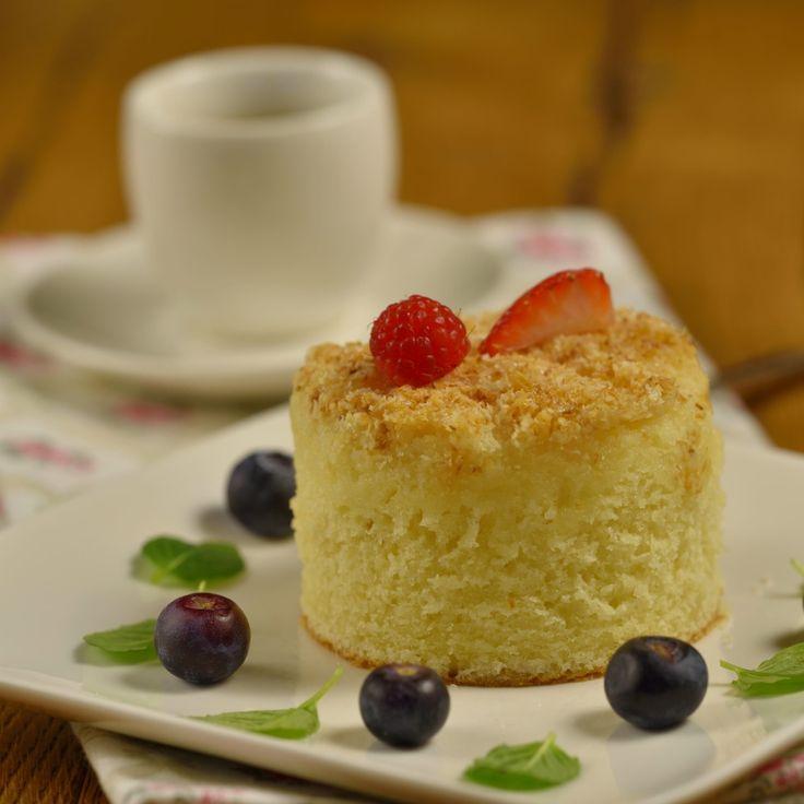 Vajcia vyšľaháme s cukrom a vanilkovým cukrom, pridáme múku s práškom do pečiva, mlieko a olej. Zmiešame, cesto vylejeme na vymastený a múkou vysypaný plec
