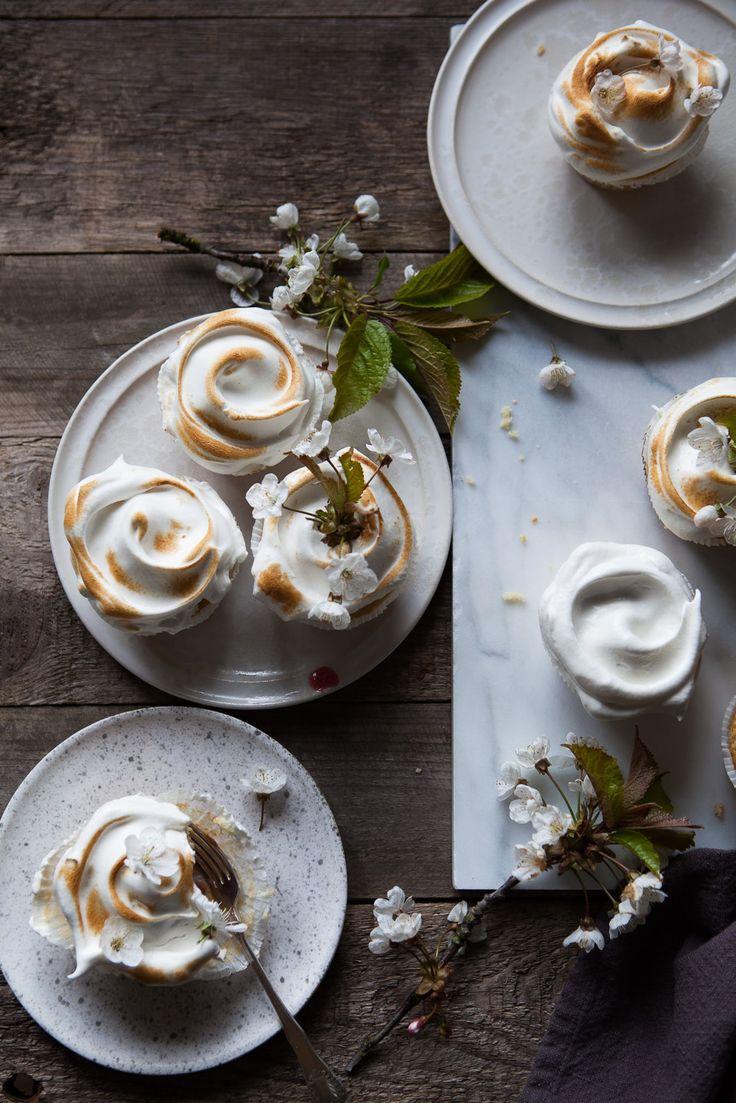 Vores blogger, Blueberry Tales, har lavet disse lækre rabarber cupcakes med marengs til alle de seje mødre derude.