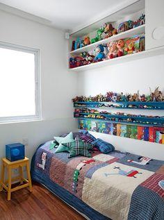 O quarto tem nichos de madeira, onde ficam os carrinhos e os livros de Francisco, 4 anos. Para aproveitar o espaço em cima da cama foi feito o armário com portas de correr. Projeto da arquiteta Claudia Pecego