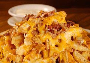 Batata frita com bacon e queijo derretido - Receitas e Dicas