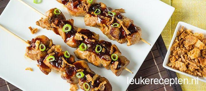 Deze spiezen van varkensvlees met ketjapsaus en gebakken uitjes zijn lekker uit de pan of van de BBQ