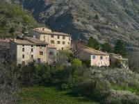 Le village de Saint-Genis blotti aux pied des marnes, point de départ de randonnées. #buech
