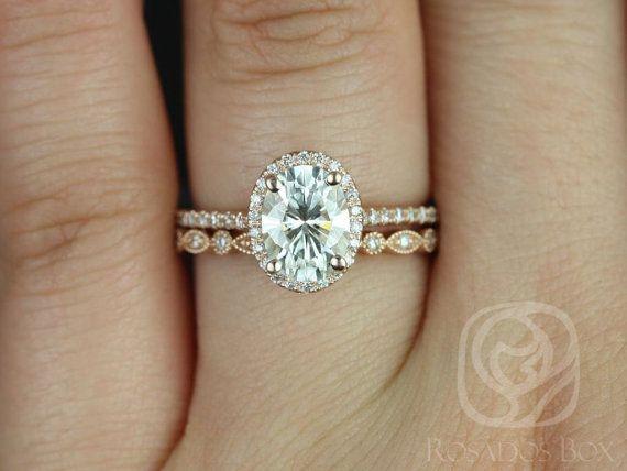 Diese Hochzeit-Set ist für diejenigen, die einfach und die Klassiker lieben. Der Ehering wird gegen diese Verlobungsring bündig sitzen.  Alle Steine