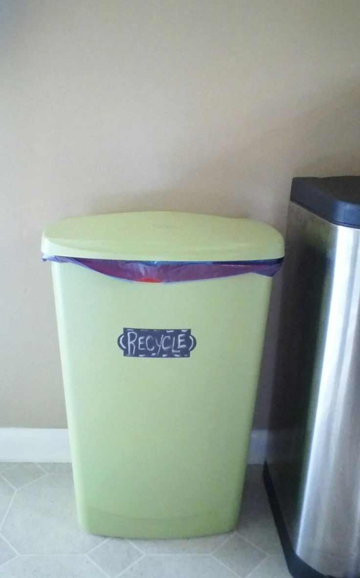 diy recycle bin old white trash can spray painted then. Black Bedroom Furniture Sets. Home Design Ideas