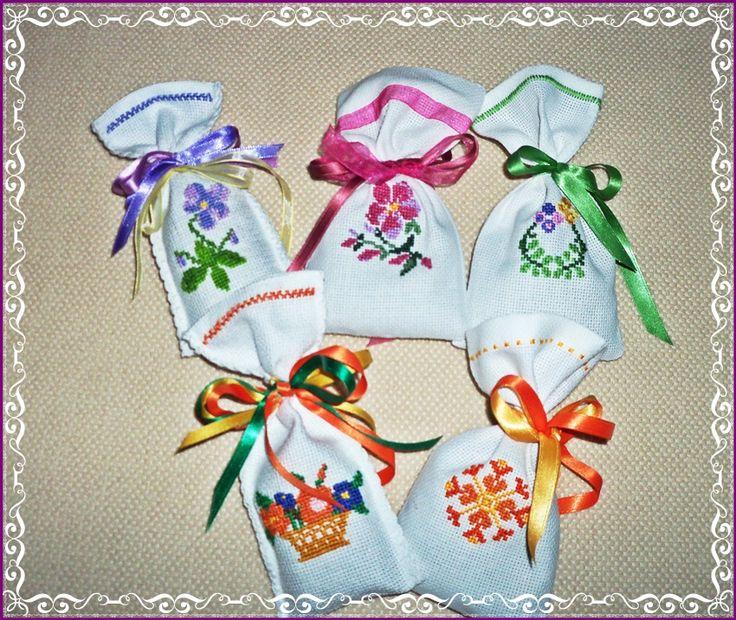 Sacchettini profumati, ma anche come porta confetti. http://www.ezebee.com/product/107000/sacchettini-ricamati-punto-croce