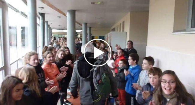 700 Alunos Prestam Homenagem e Aplaudem Calorosamente Professor No Seu Último Dia De Trabalho