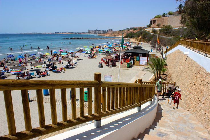Strand in Cabo Roig. Het gezellige strand van Cabo Roig is zeer geliefd omdat men er ook tijdens de wintermaanden kan zonnebaden omwille van de hoge muur achter het strand. Deze muur geeft een goede beschutting tegen de wind. Grenzend aan het #strand en de #haven ligt een restaurant La Bahia, waar je uitstekend kunt eten voor een redelijke prijs. Op het strand staat ook een bar  ( chiringuito) voor drankjes en ijsjes. Meer info op onze website: http://www.newvillasinspain.com/nl/nieuws/