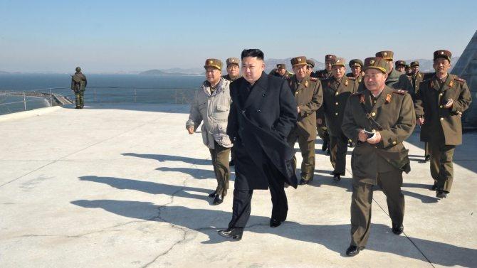 Während Nordkorea immer unverhohlener mit Krieg droht, berichtet eine südkoreanische Zeitung, auf Diktator Kim sei ein Attentatsversuch unternommen worden. Kim sei zwar nicht zu Schaden gekommen, doch der junge Machthaber müsse noch immer darum kämpfen, seine Stellung zu behaupten. Die jüngste Zuspitzung erscheint dadurch in einem neuen Licht.