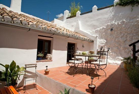 In het hart van Archidona, een stadje op kleine afstand van het historische plaatsje Antequera, ligt achter een onopvallende gevel van een wit huis deze sfeervolle B&B. David en Myles renoveerden twee aaneengesloten huizen tot een kleinschalig en sfeervol gastenverblijf waar zelfs een typische Spaanse patio met helderblauw zwembad niet ontbreekt. De mix van meubels, prenten, schilderijen en accessoires, in combinatie met de authentieke tegelvloeren geven alles een warme en huiselijke sfeer.