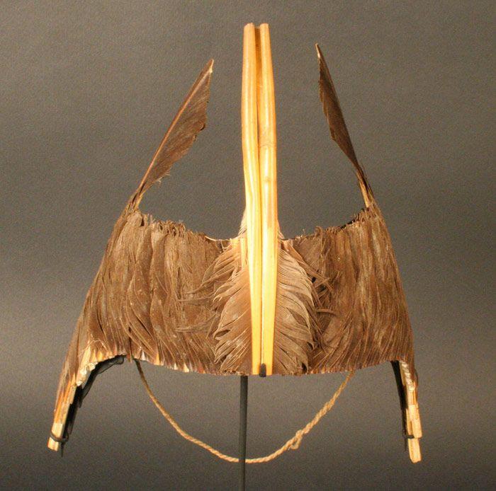 Diadema de plumas de pelicano, Pescadores Tardíos Arica, 1000-1536 d.C. (Changos 2008: 57). Museo Chileno de Arte Precolombino Nº 0759, alto 21 cm.