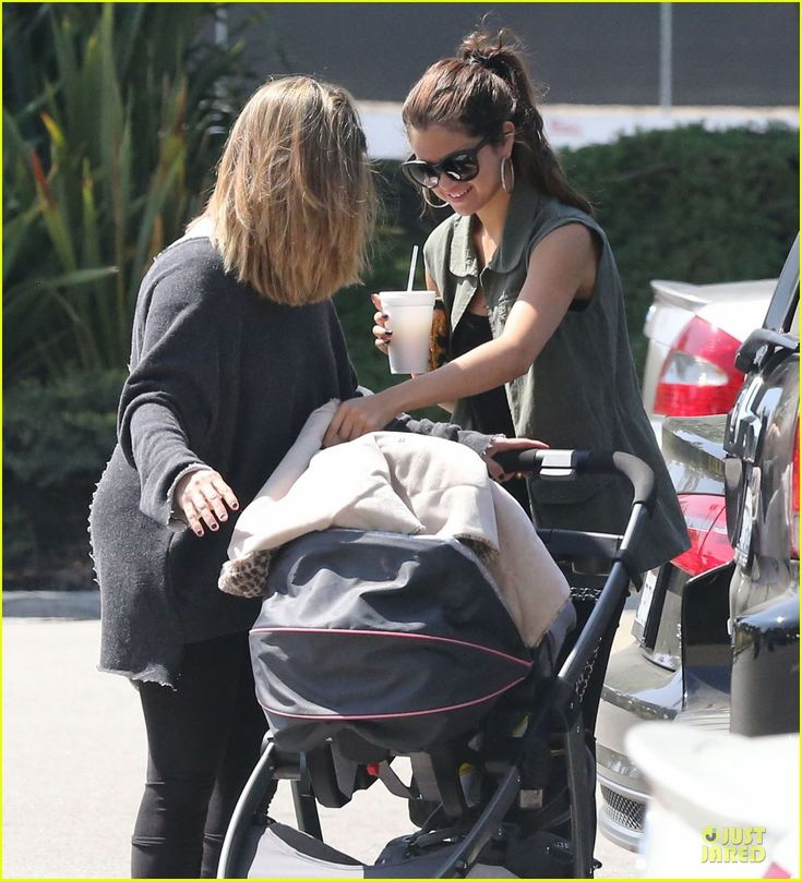 selena gomez baby sister  | Photo of selena gomez bonds with baby sister gracie 04 | Selena Gomez ...