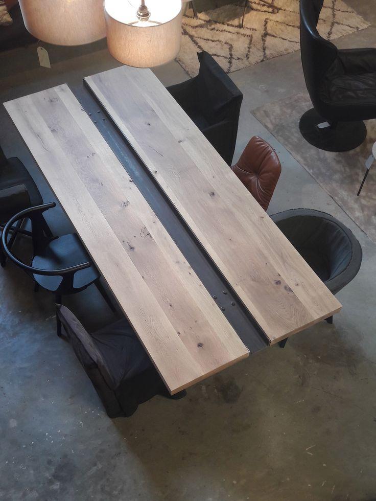 Yves heeft een super mooie tafel gemaakt voor in de showroom! Een staal voetstuk met een tweedelige eikenhouten plaat.