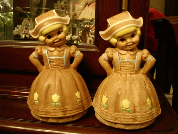 This set of Twin Winton,Dutch Maid, salt and pepper shakers.
