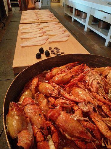 I kobberkøkkenet på Christiansborg er ingredienser i plast lagt frem og ovnen sprutter via lydkulisse. Det er en bestemt menu og en bestemt lejlighed, der bruges som indgang til fortællingen om køkkenet,