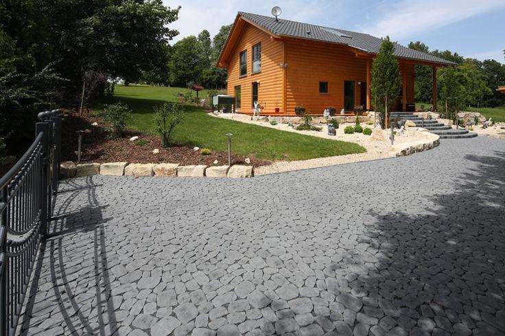 Hofeinfahrt mit ARENA® Pflastersteinen — Braun Steine