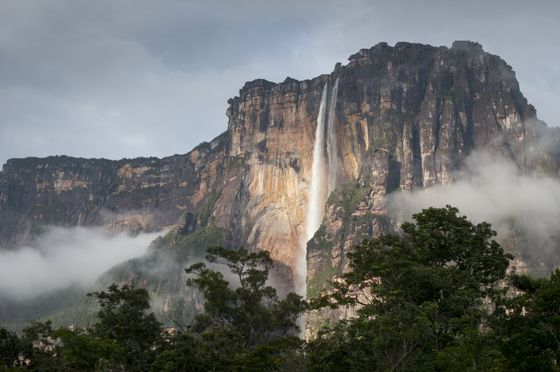 ¿Tienes calor? Date una ducha, pero sin jabón. El orden de las cascadas es aleatorio; he dejado para otro día las españolas. FOTO: Salto Ángel, en Venezuela.