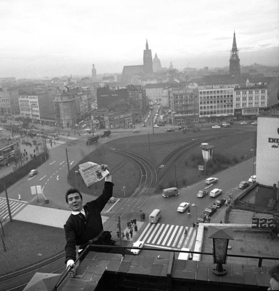 HANNOVER Der Steintorplatz von oben - dem Kletterkünstler Armin Dahl sei Dank: Am 24. November 1961 hängte er sich für Hauschild an den Balkon des Anzeiger-Hochhauses und präsentierte die Hannoversche Allgemeine. Auf der Titelseite zeigte die Zeitung übrigens ein Bild von Konrad Adenauer und John F. Kennedy.