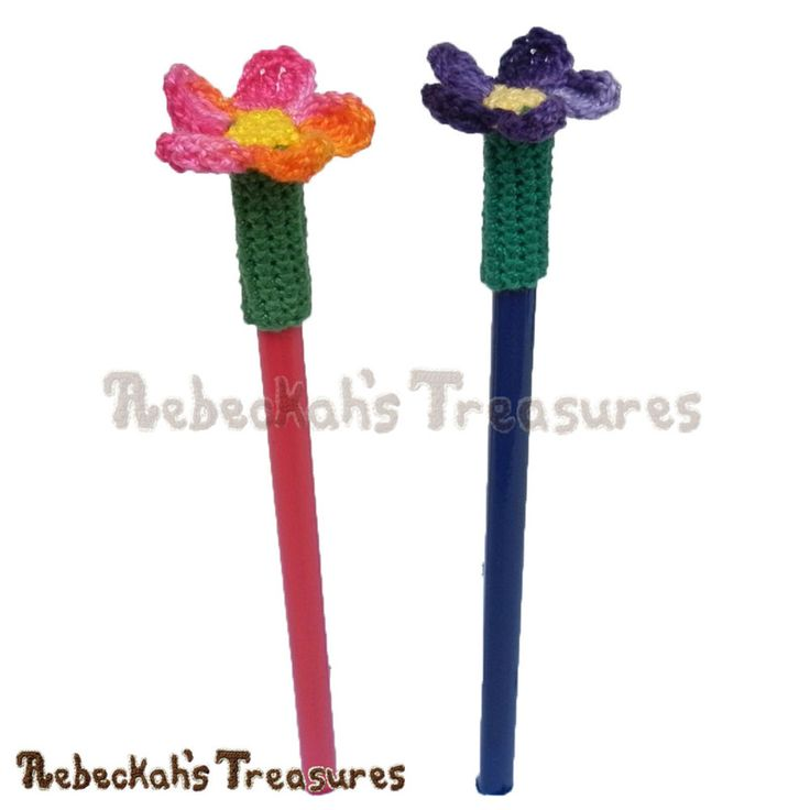 Basic Flower Pencil Topper / Finger Puppet | FREE crochet pattern via @beckastreasures | Looking for quick and easy last minute gifts to crochet? Try this Basic Flower Pencil Topper pattern. It's fun for all ages and perfect for last-minute gifts or bulk gifting events! #flower #crochet #penciltopper #fingerpuppet