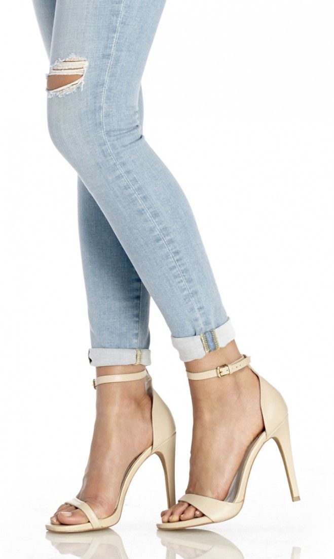 Minimalist leather strappy high-heeled sandals in cream//