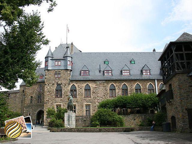 Castelo de Burg  Construídos por volta de 1133, por Adolph II, conde de Berg, o SchlossBurg, em português Castelo de Burg, é um dos maiores castelos reconstruídos do Estado da Renânia do Norte-Vestfália. Ele fica a 200 metros acima do rio Wupper.