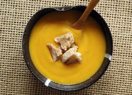 Velouté carottes panais et lentilles corail A la maison, nous mangeons de la soupe plusieurs fois par semaine. C'est un peu le plat qui nous réunit car chaque membre de la famille aime les soupes, sans restrictions. Etant en charge de la gestion des repas quotidiens, c'est une vraie bénédiction...