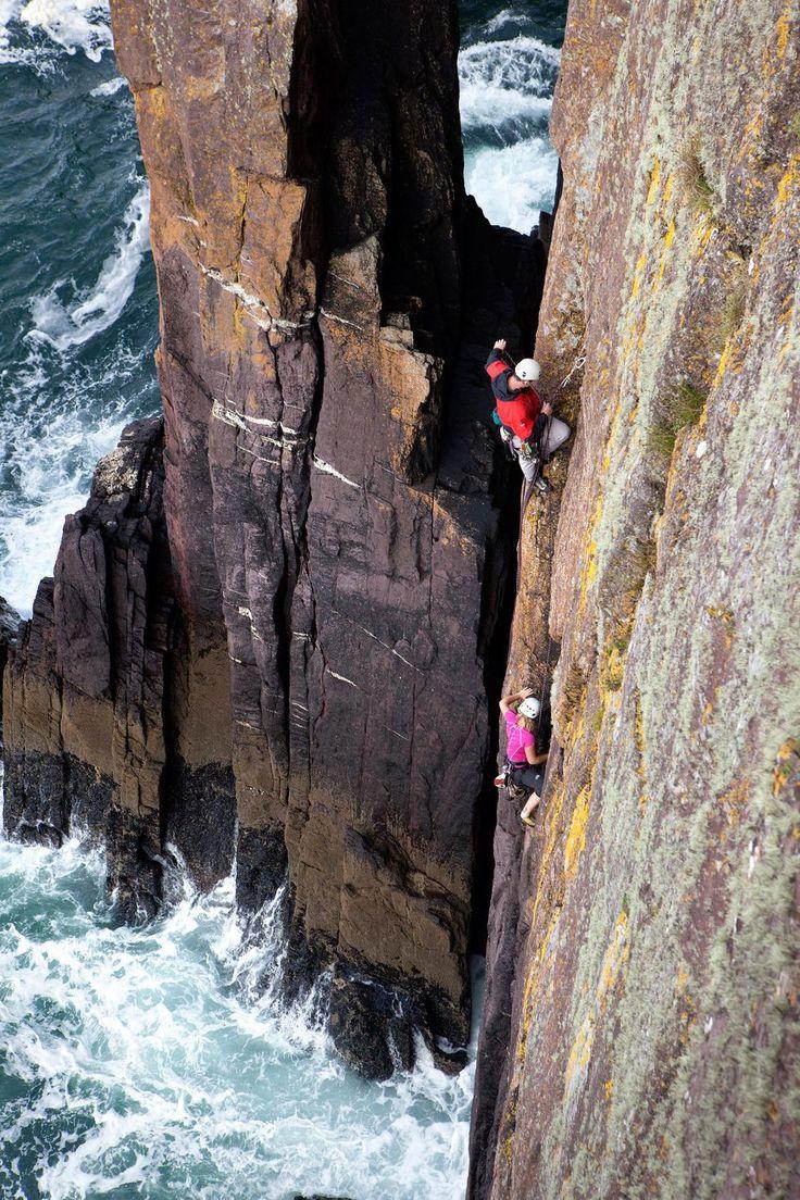 Närmare naturen kan man knappast komma – klippklättring på irländska västkusten.
