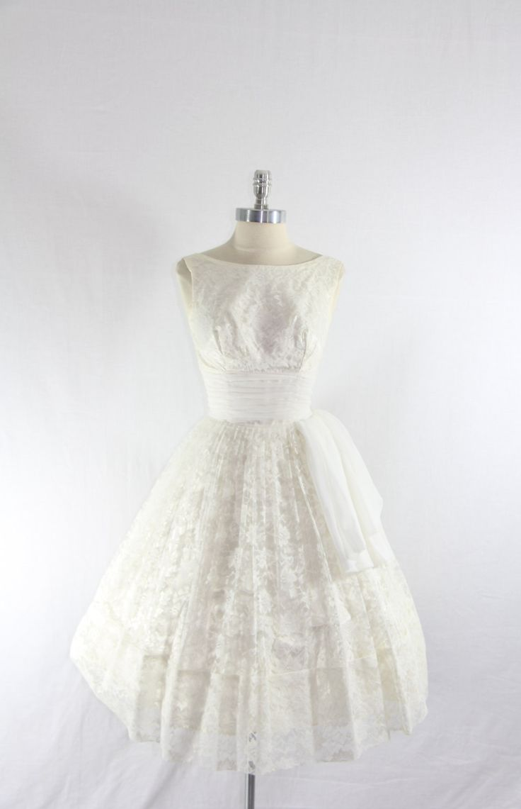 1950s vintage wedding dress short white lace full skirt for Full skirt wedding dress