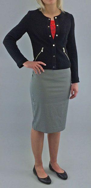 Coco Chanel - Komplettes Outfit in ARMANI JEANS. Das kurze Chanel Jäckchen in strukturiertem Jersey mit Druckknöpfen ist die perfekte Ergänzung zum längeren Bleisttiftrrock in grafischem schwarz/weiß Muster. Dazu ein schlichtes, rotes T-Shirt mit Frontprint und klassische Ballerinas von MARC O`POLO.