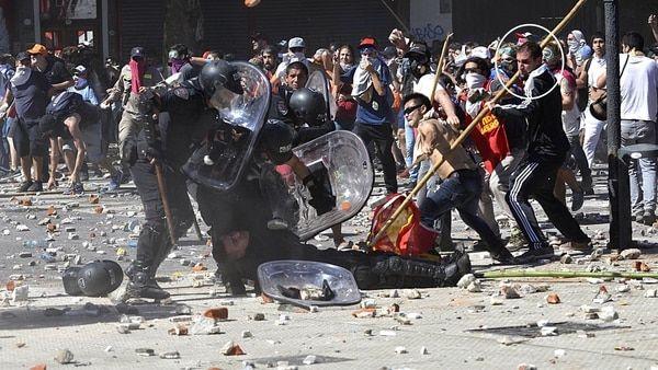 Incidentes en el Congreso: se entregó el militante de la lanza ovacionado por sus compañeros del Partido Obrero  Dimas Fernando Ponce aparece en las imágenes atacando a un policía VER MAS