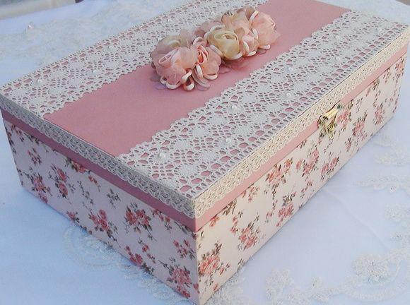 Caixa em MDF pintada com tinta PVA revestida com tecido 100% algodão. Apliques em renda, chatons pérola e flores de cetim e organza. R$ 120,00