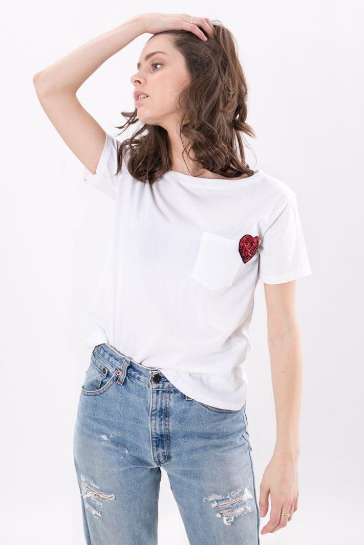 T-shirt basica in puro cotone, scollo rotondo leggermente ampio e manica corta. Taschino sul fronte, con decorazione a cuore patch in paillettes one color.   Una t-shirt abbinabile a svariate scelte di look.    #DANI #danishop