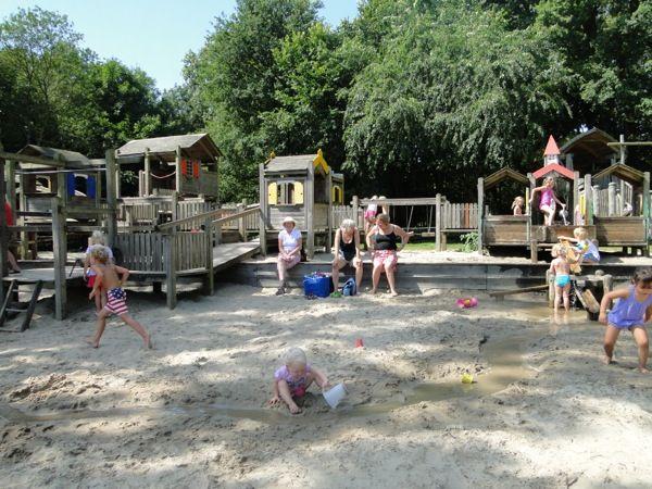 Graven en spetteren in de waterspeeltuin van Speelpark Oud Valkeveen.