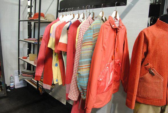Ярко-оранжевая куртка и красные свитера выбиваются из общего спокойного тона…