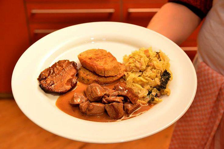 Angerichtet auf dem Teller mit Wirsing mit Serviettenknödeln und Rehragout, dazu Wildschwein-Sauerbraten.