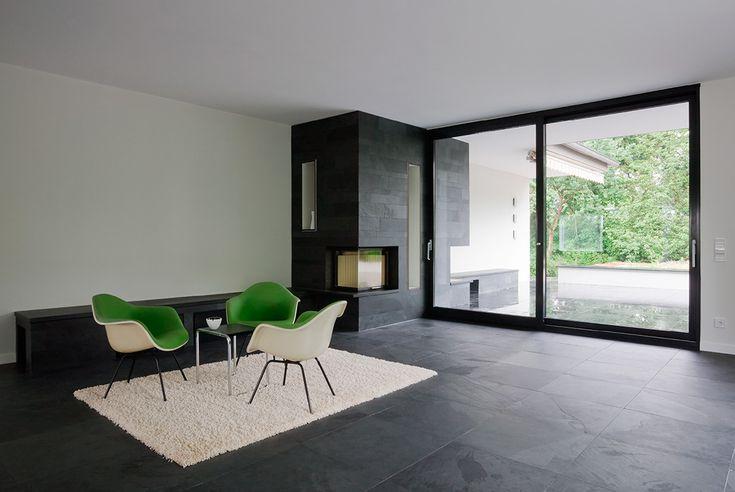 stories within architecture / Altsubstanz im neuen Licht / Bodentiefe Fenster und Schiefer schaffen edle Atmosphäre