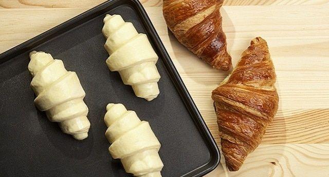 طريقة خبز الكرواسون المجمد في الفرن رغم أن الكرواسون وجبة غير مثالية للخصر الرشيق إلا أنه من المخبوزات الفرنسية اللذيذة لذا الأفضل تن Food Croissants Recipes