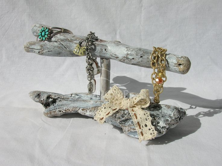 Handmade standing bracelet holder made of driftwood. Just beautiful to display bracelets necklace for your home! Shabby chic style, white coloured with a cotton and tread bow, that gives it a stylish touch. Perfect as gift for a woman/girl.  ****It can be bought with the earring holder https://www.etsy.com/it/listing/285548139, to create an elegant parure for displaying all your jewels. If you decite to buy both of them, please contact us before procceding w...