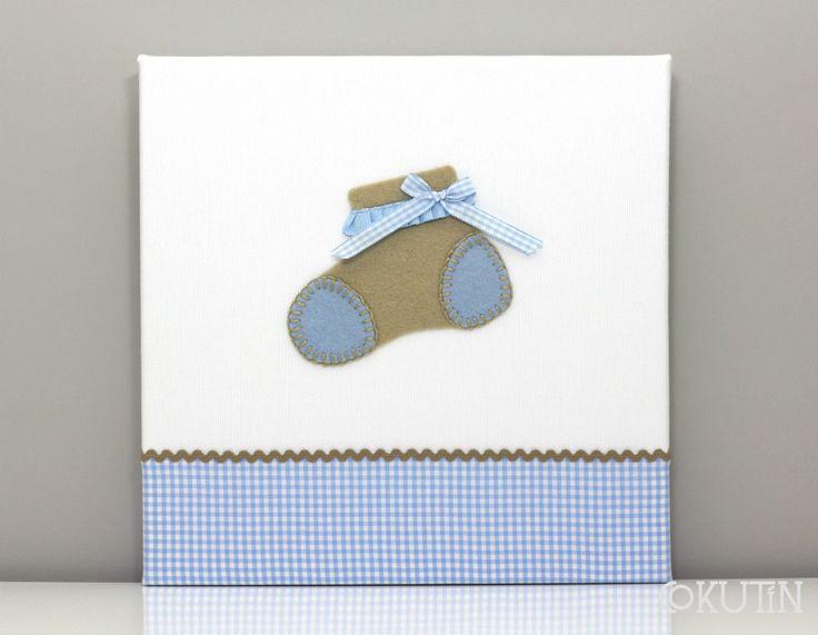 Cuadro artesanal personalizado 30x30cm. Ideal para decorar la habitación del #bebe #decobaby. Personalización: dibujo patuco beige, fondo blanco y faldón azul. Puedes personalizarlo con el dibujo y los colores que tu elijas!!  www.cokutin.com