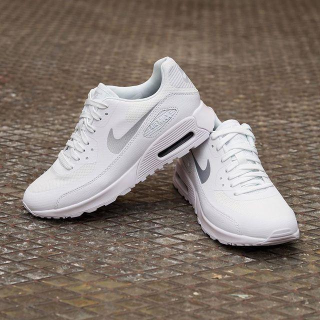 Vita skor hör den stundande våren till, Air Max 90 som den här modellen heter är en av vinnarna även i vår gissar vi  #nike #airmax90 #uppsala #footish