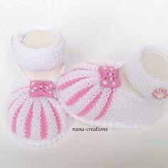 Chaussons bébé forme babies tricotés main en laine layette blanc, rose, 0/3 mois.papillon et bouton fimo assortis@nana-creations.