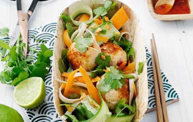 Kødboller på en ny måde serveret med nudelsalat.