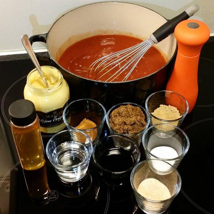 BBQ saus.  Saus til maten eller pensling av kjøtt når du griller  8 dl ketchup, din favoritt eller egen produserte. 3 dl brunt sukker 1 dl hvit eddik 1 dl honning 0.7 dl soyasaus 3 ts malt ingefær 3 ts salt 4 ts sennep dijon 2 ts cayenne malt 4 ts hvitløk flak/malt Grovt kvernet pepper  Bland alt i en gryte å kok opp. La den stå i minimum 30 minutter.