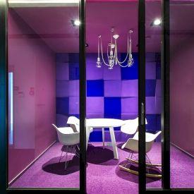 Zdjęcie z realizacji. Panele Cube. Chillout room w biurze. Projekt Mokaa Architekci.