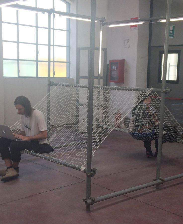 Interessante Sitzgelegenheit aus Teilen eines Baugerüstes und Netz. Interesting seat possibility from parts of a scaffolding and a fisherman net