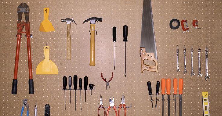 Faça você mesmo um carrinho de oficina. Um carrinho de ferramenta permite que você mova instrumentos por toda a oficina sem removê-los do seu local de armazenamento até que seja necessário. Deslocar as ferramentas até o local onde você está trabalhando, no fim, economiza seu tempo e energia. Isso também reduz a chance de perder as ferramentas que não são devolvidas ao seu local adequado ...