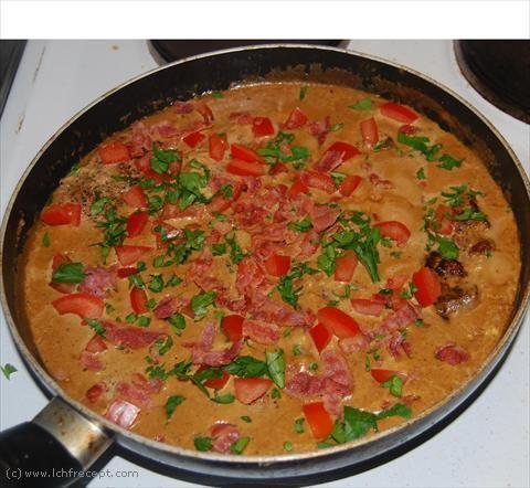 Fläskkotlett med tomat och bacon i gräddig sås